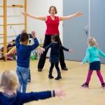 taaldans met Miranda Molhoek, studio de mol, in gymzaal met kinderen dansen