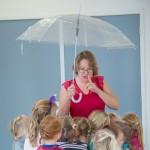 taaldans met Miranda Molhoek, studio de mol, in gymzaal met kinderen, samen onder een paraplu, een van de dansen