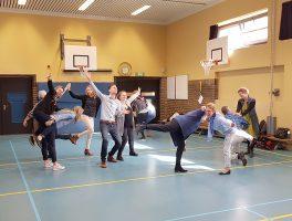 groep volwassenen in gymzaal, studio de mol, bewegend leren in praktijk brengen