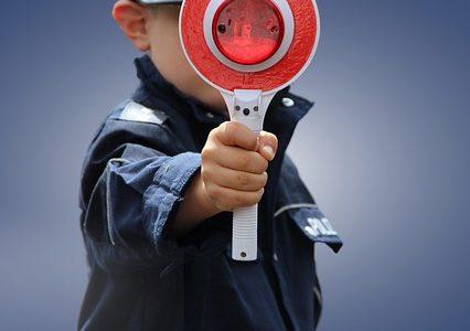 kleuter in politiepak